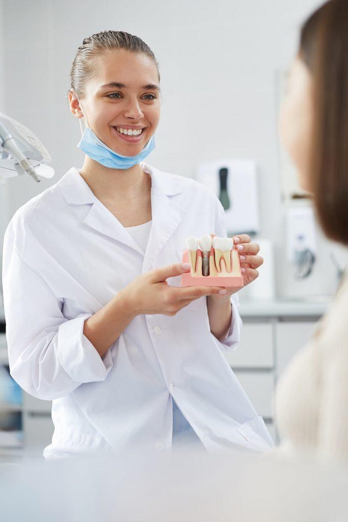 Dra. informando de la necesidad de un injerto oseo